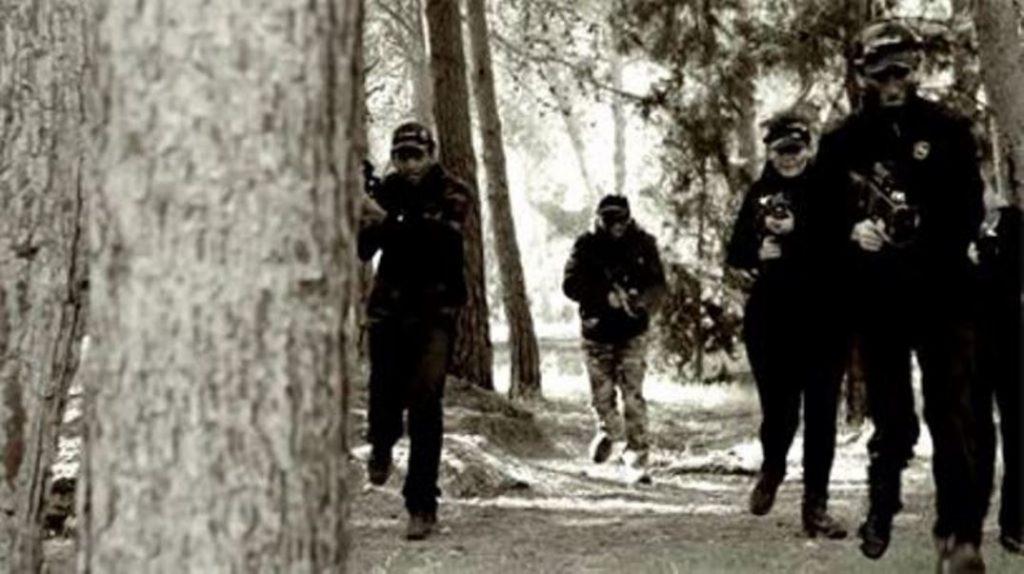 Grupo jugando al Laser Combat en el bosque