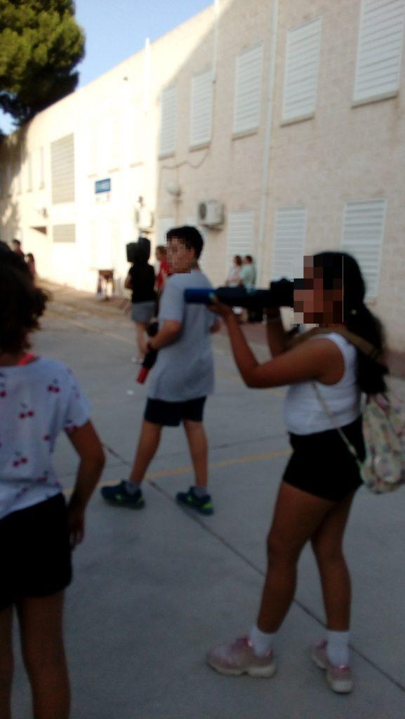 Alumna del colegio La Arboleda en Murcia jugando a Laser Combat Power en las instalaciones del propio colegio