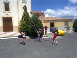 Fiesta Laser en pueblo de Matanzas de Santomera. Niños disparándose en partida Laser Tag
